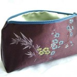 Cosmetic travel bag by queenofdiy on Craftster